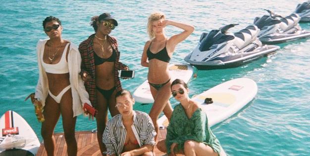 FOTO: Bella Hadid in Kendall Jenner na rajskih počitnicah nista imeli zavor! - Foto: Instagram.com / @Kendall Jenner