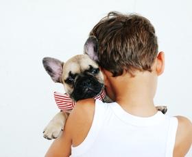 TO, da se vaš pes čudno obnaša ob bližini določeni ljudi, kaže na ...