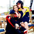 Sestri Hadid sta napovedali nov trend v stiliranju kostimov (in poželi navdušenje!)