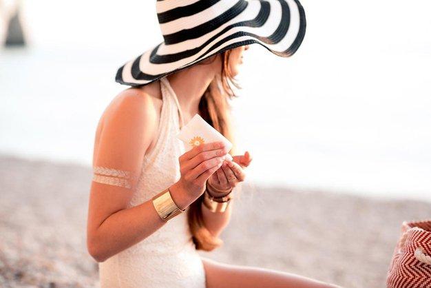 TRIK kako iz oblačil odstraniti madeže sončne kreme! - Foto: Profimedia