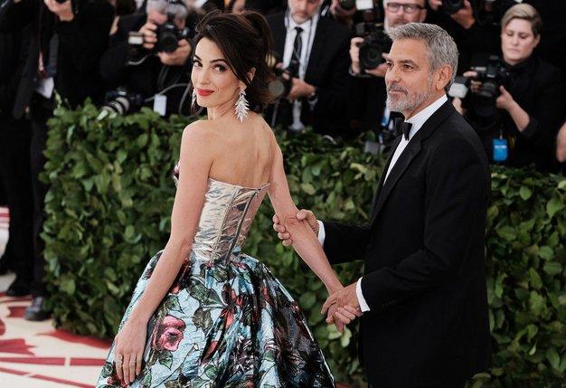 Amal nas je presenetila in navdušila z izbiro svoje obleke. Spodnji del je bil namreč nekoliko nenavaden ...