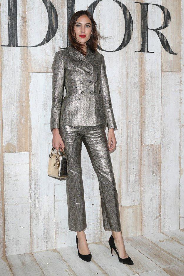 Alexa Chung je oblekla kostim metalne barve in napovedala trend poletja ... elegantna kombinacija odrezanih hlač in suknjiča. Nas je ...