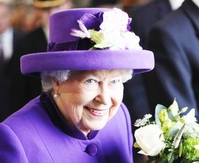 Že poznate razlog, da kraljica Elizabeta II VEDNO nosi žive barve?