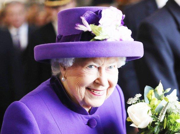 Že poznate razlog, da kraljica Elizabeta II VEDNO nosi žive barve? - Foto: Profimedia