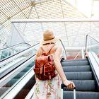 Če boste uporabili TA trik, bo na letališču vaš kovček prvi na tekočem traku!
