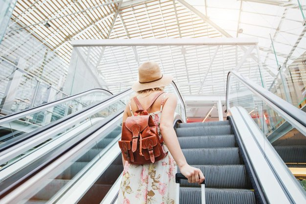 Če boste uporabili TA trik, bo na letališču vaš kovček prvi na tekočem traku! - Foto: Profimedia