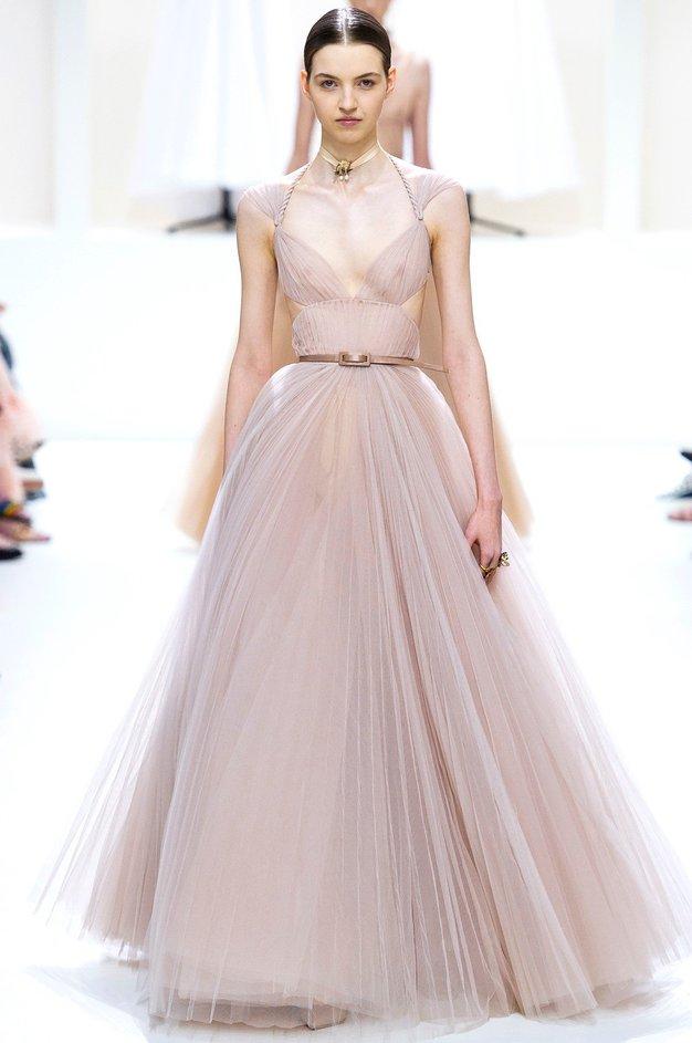 Christian Dior Maria Grazia Chiuri je s to kolekcijo proslavila postopek izdelave oblačil visoke mode.