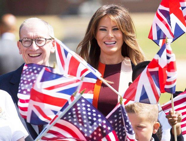 Zakonca Trump sta se v teh dneh mudila v Združenem kraljestvu, Melania pa je ponovno navdušila s ...