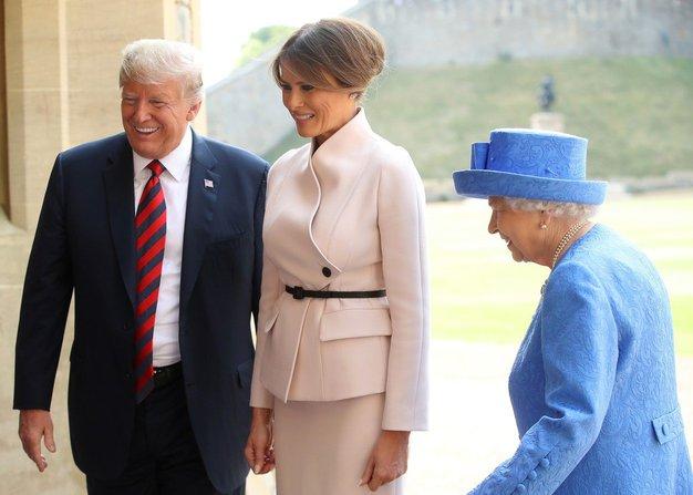 ... svojo modno opravo, v kateri je spoznala kraljico Elizabeto. Izvedeli smo, da je ...