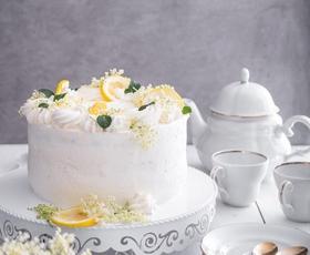 RECEPT: Božanska bezgova tortica (poročna torta princa Harryja in Meghan Markle)