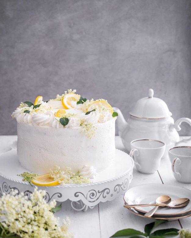 RECEPT: Božanska bezgova tortica (poročna torta princa Harryja in Meghan Markle) - Foto: Instagram.com/midvakuhava_tjasa