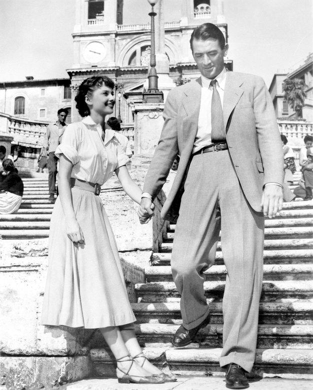 Roman Holiday (Rimske počitnice) Prva večja vloga Audrey Hepburn, kjer igra princeso, ki zaradi natrpanega urnika sama pobegne na oddih ...