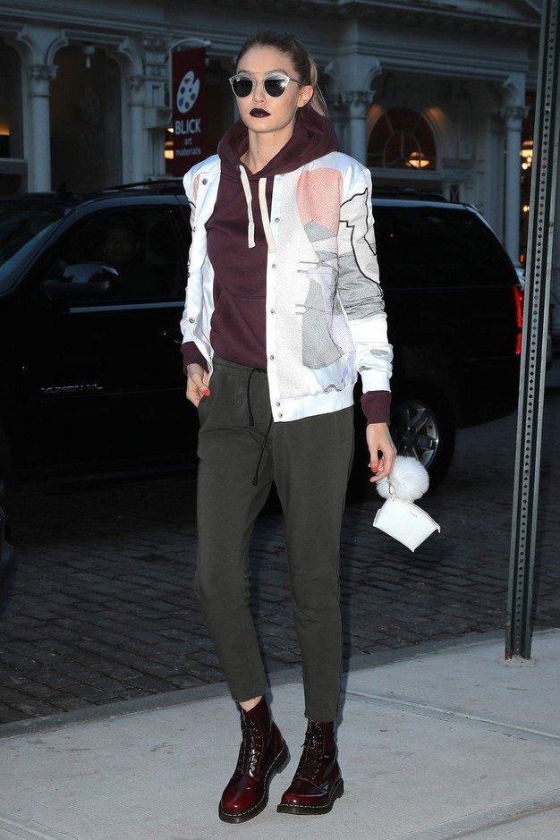 Gigi vedno znova dokaže, da je bomber jakna ključni kos vsake garderobe.