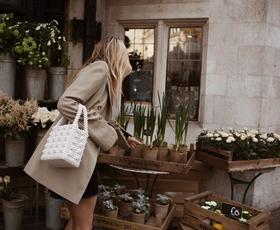 TO je torbica, ki bo vašemu jesenskemu stajlingu dodala kanček prestiža!