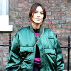 Alexa Chung je na tedenu mode v Londonu navdušila z bomber jakno