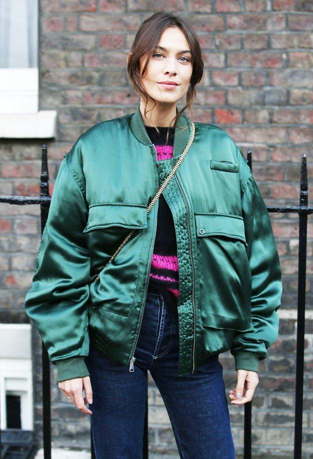 Alexa Chung je na tedenu mode v Londonu navdušila z bomber jakno - Foto: Profimedia