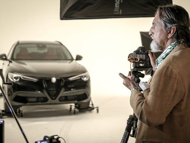 Fotograf Giovanni Gastel upodablja modele Alfa Romeo serije B-Tech