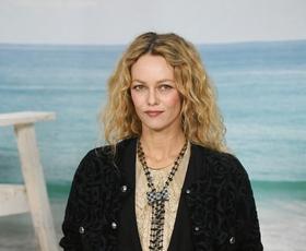 Našli smo čudovito Chanelovo obleko, ki jo v videospotu nosi pevka Vanessa Paradis