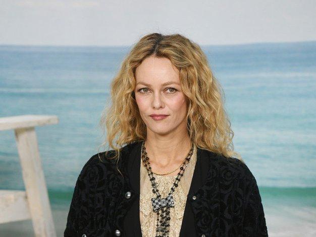 Našli smo čudovito Chanelovo obleko, ki jo v videospotu nosi pevka Vanessa Paradis - Foto: Profimedia