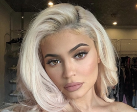 Kylie Jenner je letošnje leto začela z novo nenavadno barvo las!