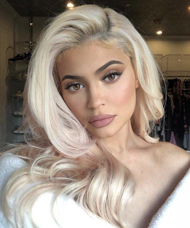 Kylie Jenner je letošnje leto začela z novo nenavadno barvo las! - Foto: Profimedia