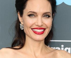 Angelina Jolie nas je navdušila z enostavnim modnim trikom! (osvojite ga tudi vi)