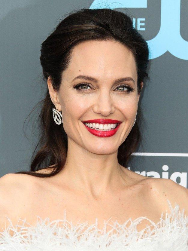 Angelina Jolie nas je navdušila z enostavnim modnim trikom! (osvojite ga tudi vi) - Foto: Profimedia