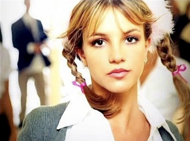20 let albuma Britney Spears: Se spomnite vseh stajlingov iz videospota ... Baby One More Time? - Foto: Videospot Baby One More Time