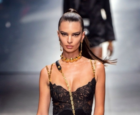 To je trenutek z modne revije Versace, o katerem govorijo vsi!
