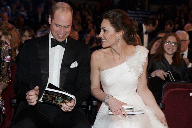 Poglejte, kako lepo obeko je nosila Kate ...