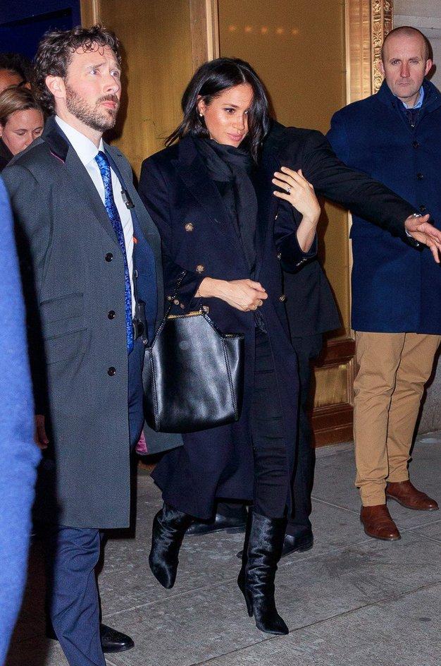 Meghan je nosila čudovit temno moder plašč Victorie Beckham.