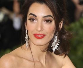 Uau! Amal Clooney je v tej obleki večerjala s princem Charlsom