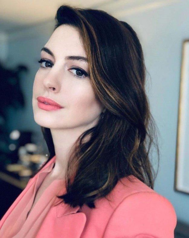 Anne Hathaway nas je prepričala s tem spomladanskim stajlingom - Foto: Profimedia