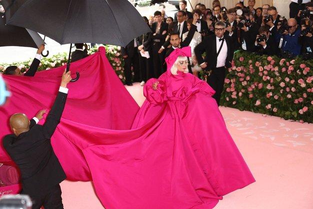 Met Gala 2019: Lady Gaga je nosila 4 obleke in internet je ponorel