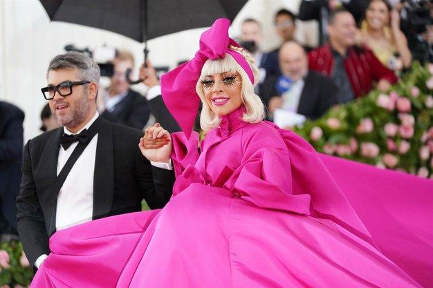Poglejte vse obleke, ki jih je na dogodku nosila Lady Gaga ...