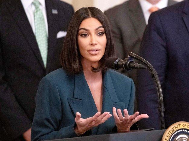 Oversized blazer bomo odslej nosili tako kot Kim Kardashian - Foto: Profimedia