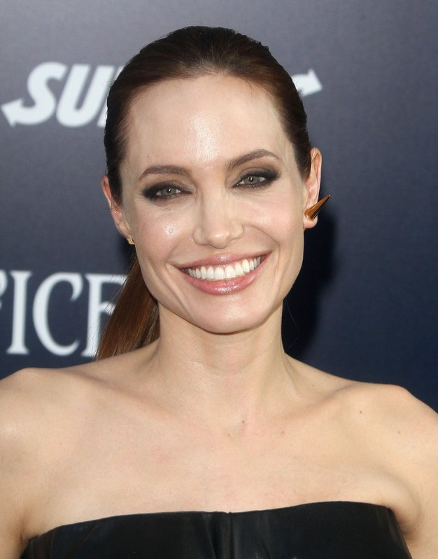 Ohlapna oblačila bomo nosili kot kraljica minimalizma Angelina Jolie - Foto: Profimedia