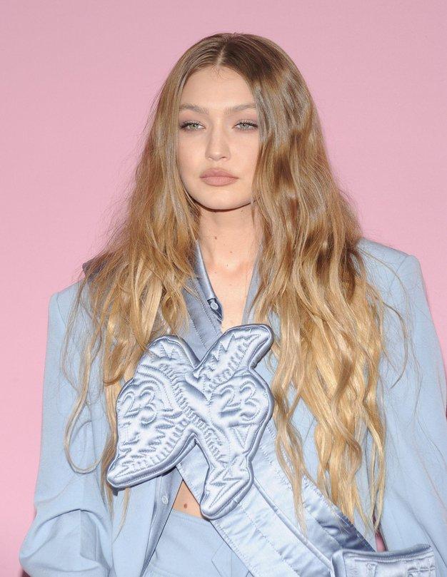 Našli smo dostopno različico obleke, na katero prisegata Gigi Hadid in Victoria Beckham - Foto: Profimedia