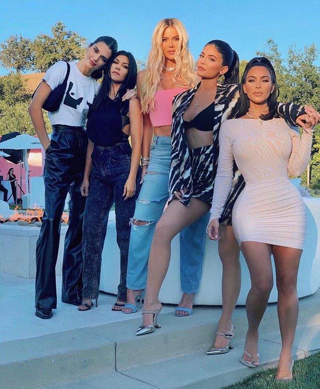 Sestre Kardashian-Jenner obožujejo te dramatične kopalke (+ kje jih kupite) - Foto: Profimedia