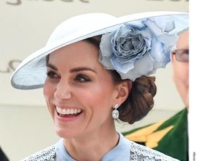 Kate Middleton uporablja ta genijalni trik, ki poskrbi, da se ji čevlji ne sezuvajo