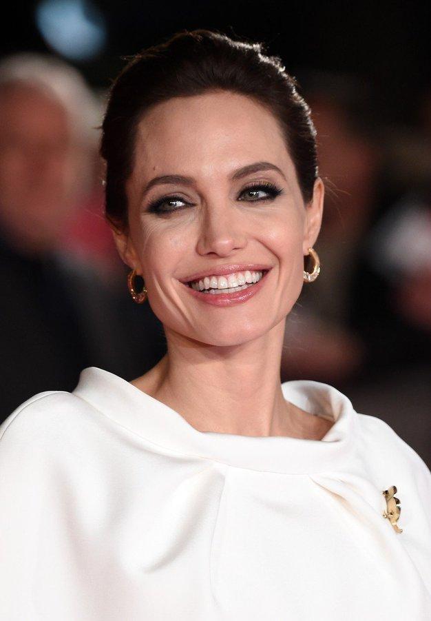 Angelina Jolie je osupnila v elegantni obleki in njenih najljubših sandalih - Foto: Profimedia