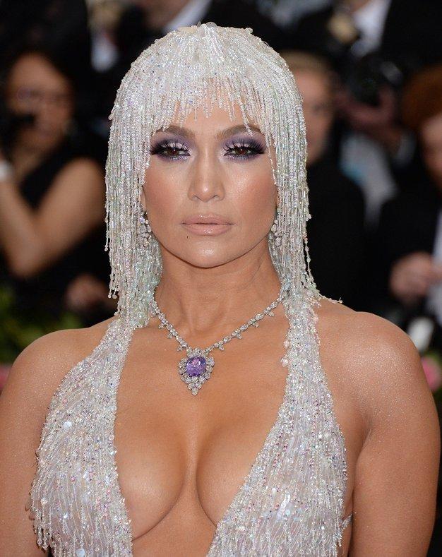 Jennifer Lopez je nase opozorila z izjemnim bleščečim poudarkom na svojih laseh. Svoje voljne dolge lase je tokrat prekrila s …