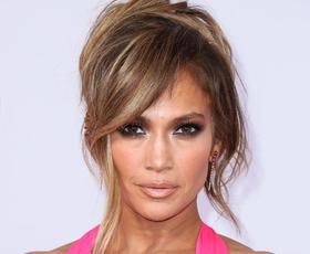 Jennifer Lopez osupljiva v rdečih bikinkah in z naravnimi lasmi