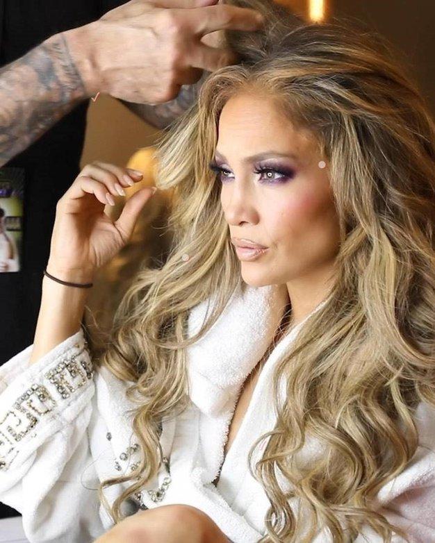 Jennifer Lopez: CoverGirl, Lash Blast Active  Velika krtačka maskare Lash Blast Active podaljša trepalnice le z enim potegom. Poleg tega pa je tudi izjemno obstojna, saj na vaših trepalnicah ostane tudi do 24 ur. - Foto: Profimedia