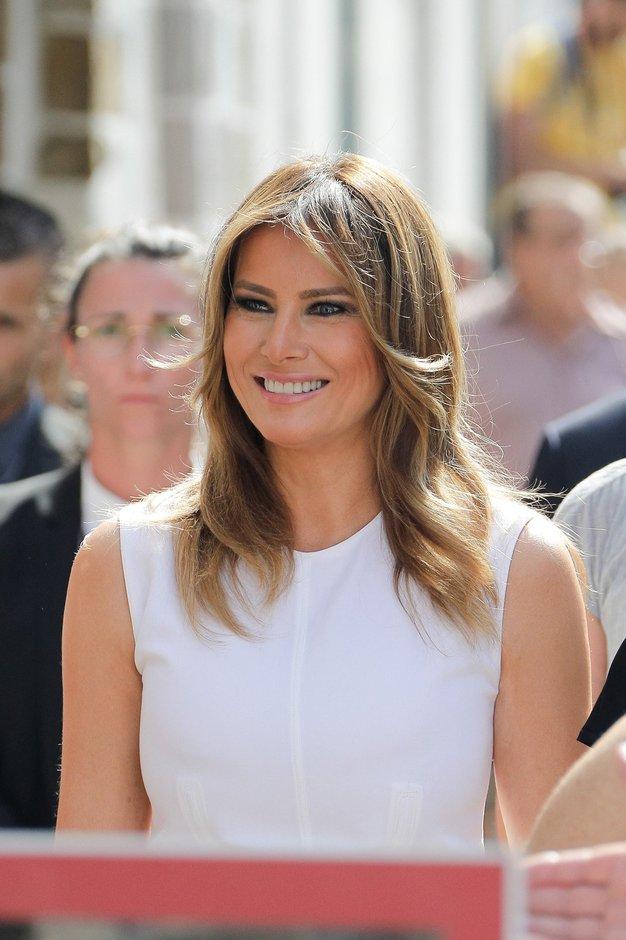 Melania Trump čudovita v belem in s trendnim detajlom - Foto: Profimedia