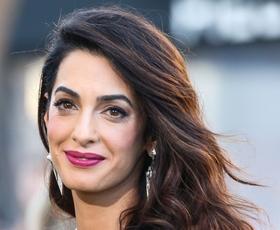 Amal Clooney nam je tokrat postregla s šik stajlingom v črni barvi