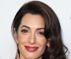 Amal Clooney čudovita v svetlem jesenskem stajlingu, popolnim za v pisarno