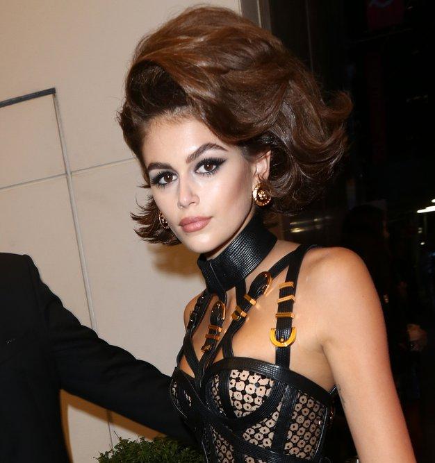 Zaljubili smo se v stajling Versace, ki ga je nosila Kaia Gerber - Foto: Profimedia