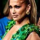 Jennifer Lopez se je v ikonični obleki izpred 20 let sprehodila po modni pisti Versace (internet je ponorel)