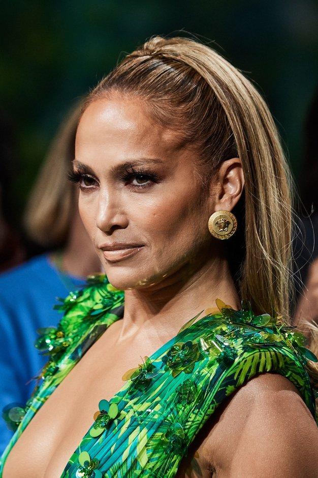 Jennifer Lopez se je v ikonični obleki izpred 20 let sprehodila po modni pisti Versace (internet je ponorel) - Foto: Profimedia